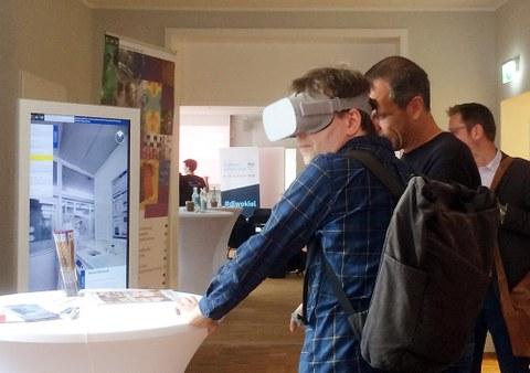 VR-Brille und Stele